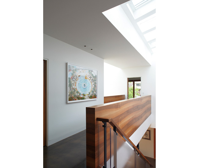 Seven skylights – some equipped with rain sensors – scatter light on both floors. French walnut and concrete bring continuity to the spaces.