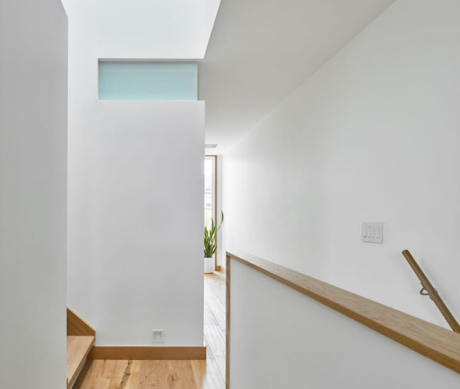 On the second floor, home to three bedrooms and the laundry, O'Brian inserted laminated float glass interior windows to circulate light in the core of the home.
