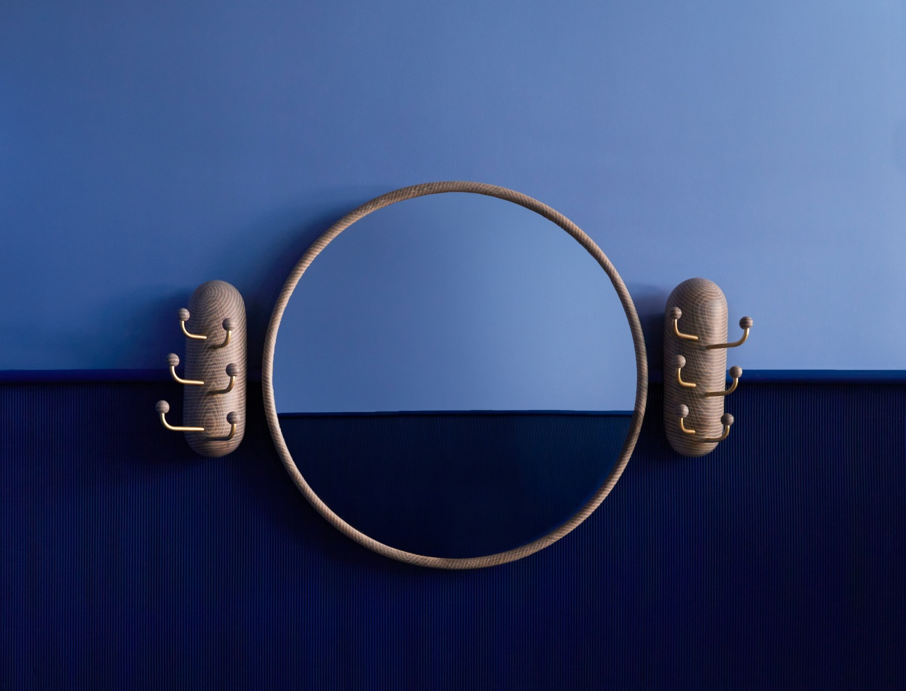 The Oxalino Ring Mirror, with Thing 1 and Thing 2 on either side.